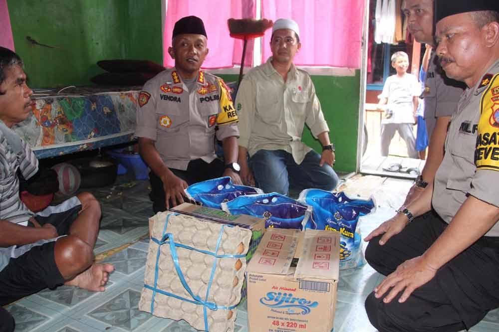 Gelar Jumat Berbagi, Kombes Pol Vendra Riviyanto, Sambangi Kediaman Kasau