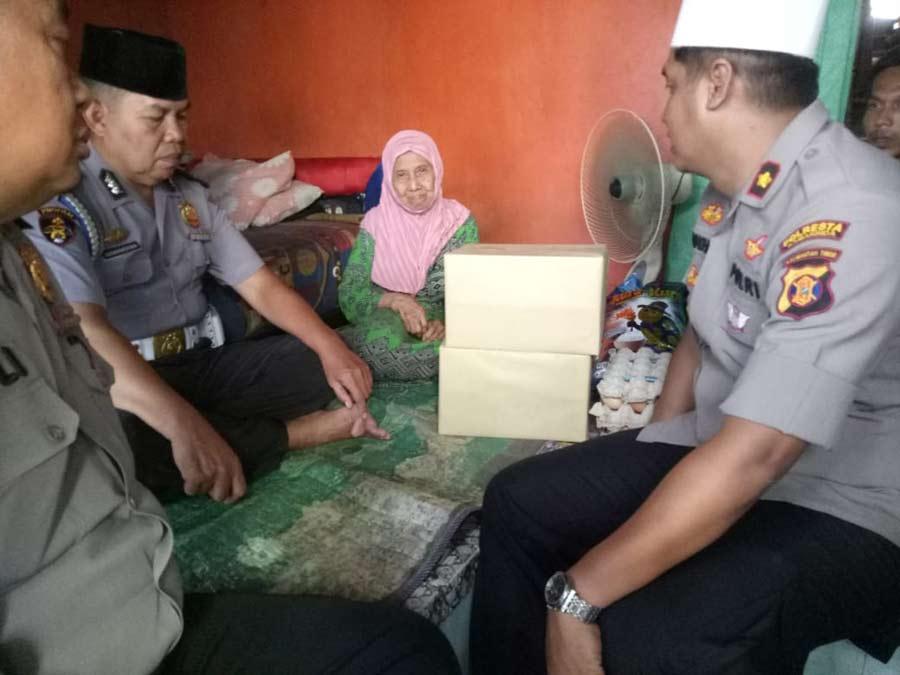 Menderita Lumpuh, Iyan Di Jenguk Kapolsek Sungai Pinang