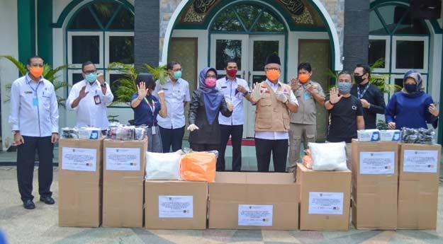 Dinas Perindustrian Serahkan APD Kepada  Ketua Gugus Tugas Penanganan Covid-19 Kota Samarinda
