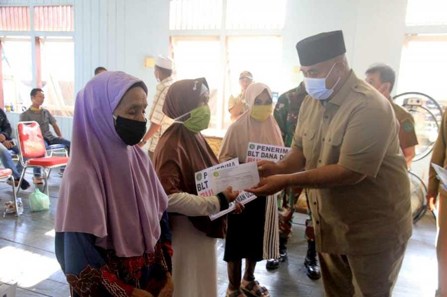 71 KK Desa Muara Kaman Ulu Mendapat Bantuan BLT DD