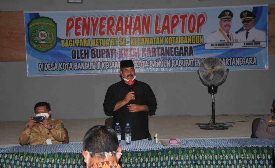 Bupati Kukar Edi Damansyah Salurkan Bantuan Laptop Kepada Ketua RT Se Kecamatan Kota Bangun