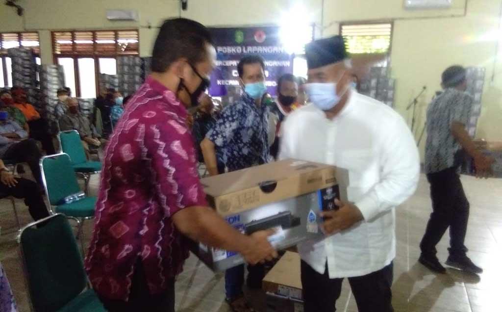 Kembali, Bupati Edi Damansyah Serahkan Laptop Bagi Ketua RT se-Kecamatan Samboja