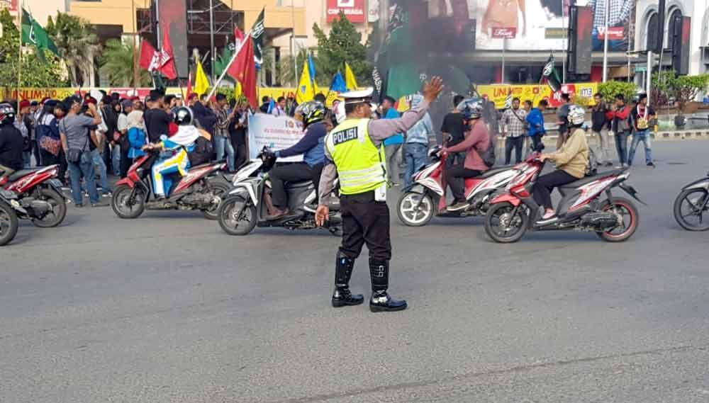 Sigap,,, Para Polisi ini Lansung Amankan Lalu Lintas Saat aksi Demo di Simpang Lembuswana