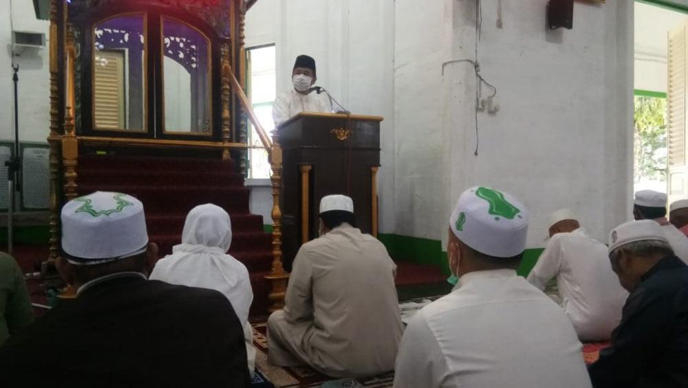 Wakil Bupati Chairil Anwar menyerahkan 1 ekor sapi ke Pengurus Masjid Agung Sultan Sulaiman