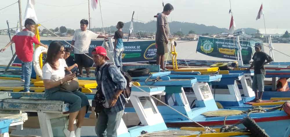 50 Perahu Tambangan Warna-warni Sukses Hiasi Sungai Mahakam Malam Ini