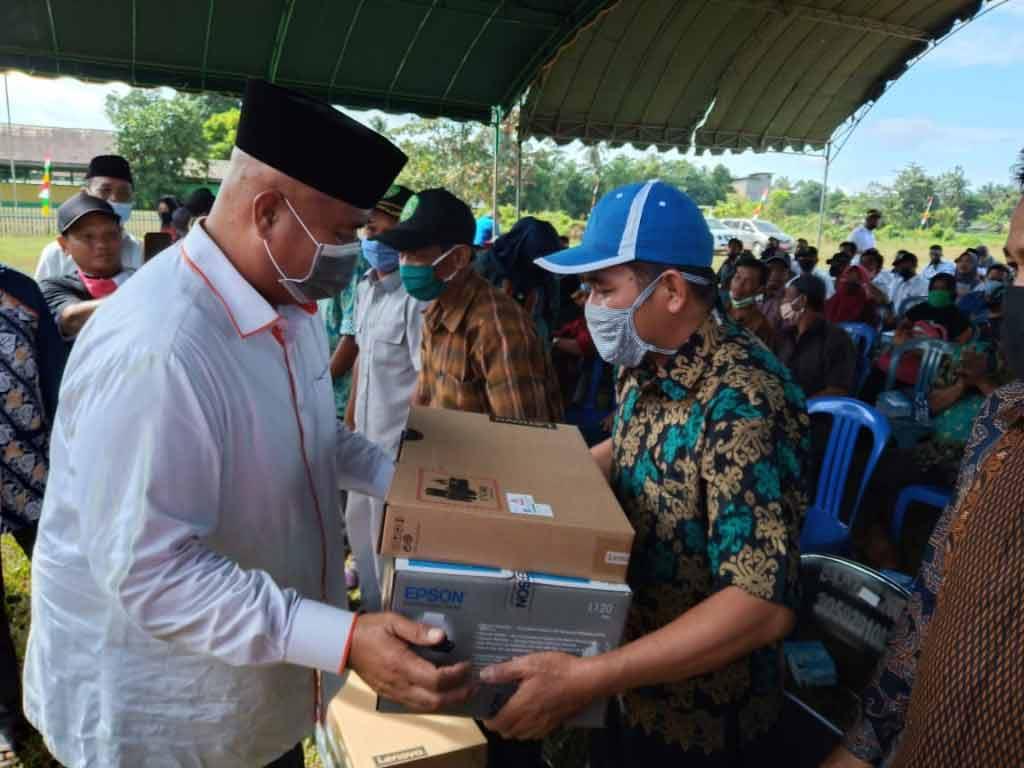 Edi Damansyah Serahkan 209 Laptop kepada Ketua RT Se Kecamatan Sebulu
