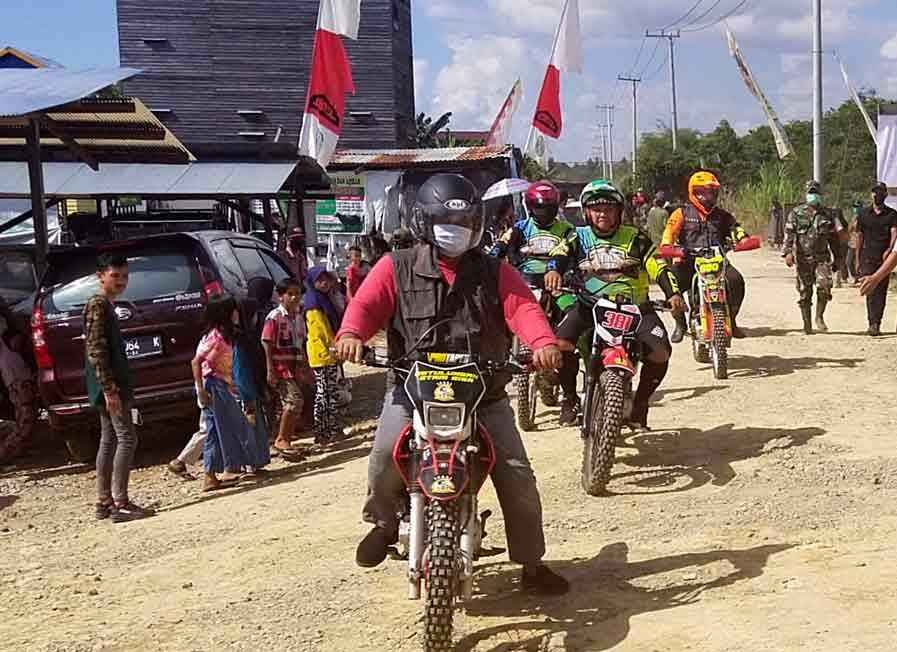 Mengendarai Motor Trail Edi Damansyah Datang Jumpai Warga Muara Muntai