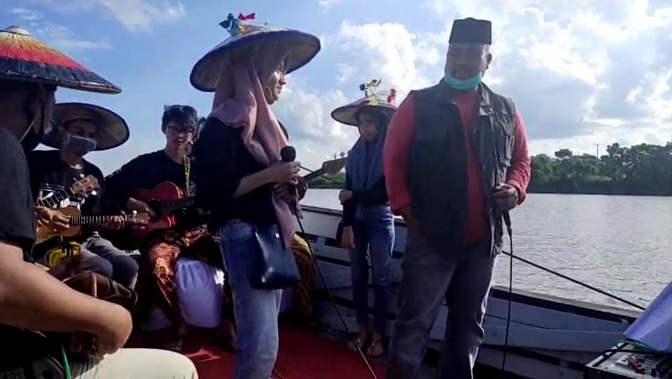 Edi Damansyah Nikmati Eksotis Sungai Mahakam Diatas Perahu Wisata Desa Muara Muntai Ulu