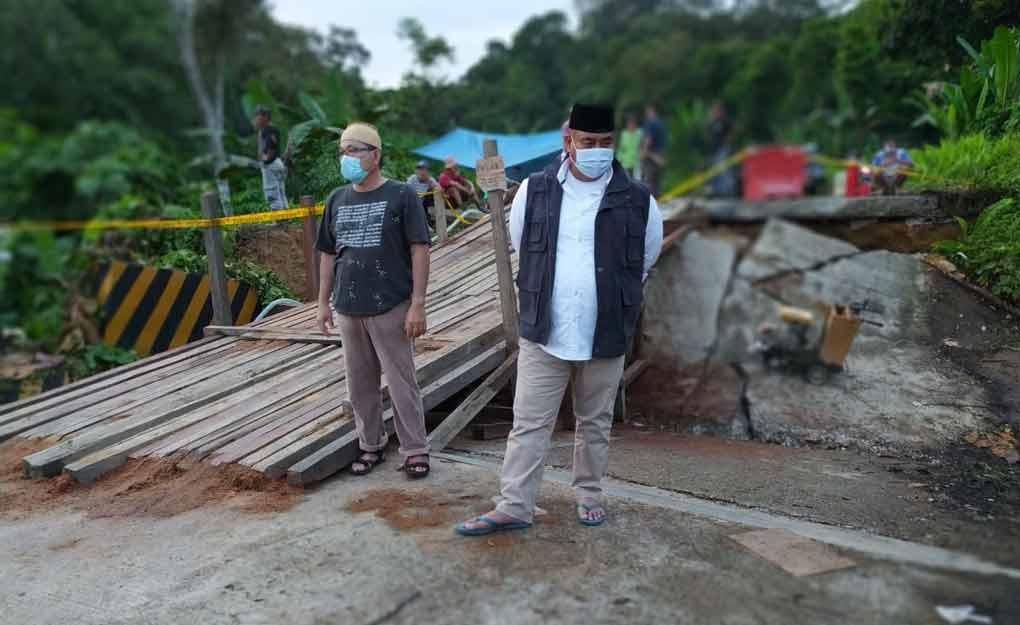Didampingi Kadis PU Kukar, Edi Damansyah Tinjau Jembatan Ambruk Wilayah Tabang