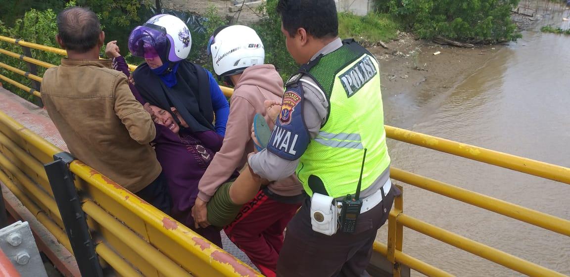 Inilah aksi Hero, Satlantas Polresta Samarinda Yang Gagalkan Aksi Bunuh Diri di Jembatan Mahakam